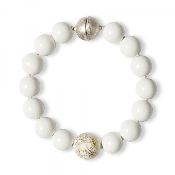 Armband aus weißen Porzellanperlen